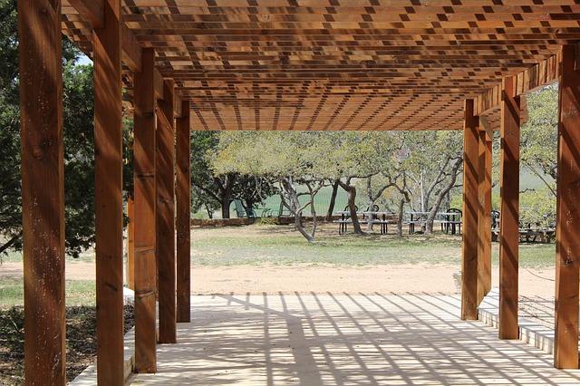 pergola v parku.jpg
