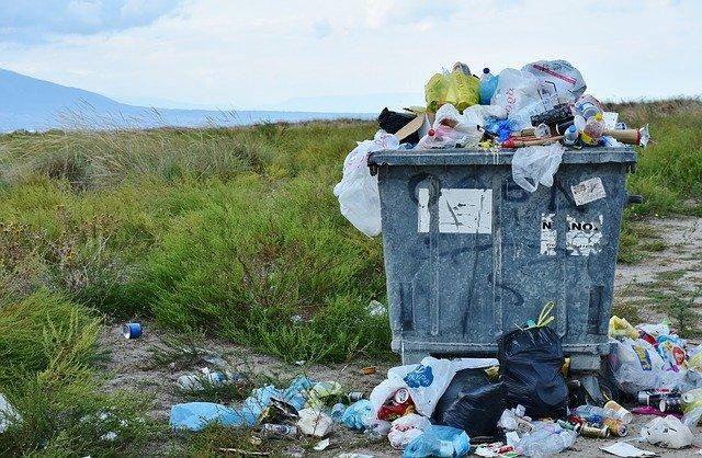 odpadky u kontejneru