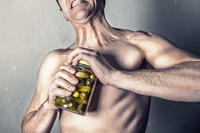 muž, který nemůže otevřít sklenici s okurkami.jpg